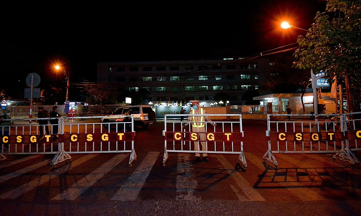 Police and barriers in front of Da Nangs Hospital C on the night of July 27, 2020.