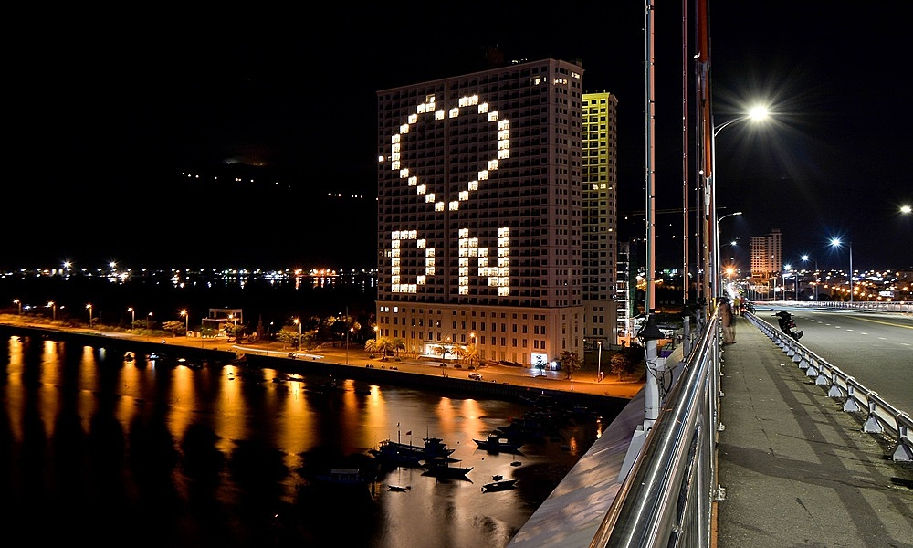 Buildings with heart symbols can be seen across the city, from Han River, Dragon Bridge, Thuan Phuoc Bridge, etc.
