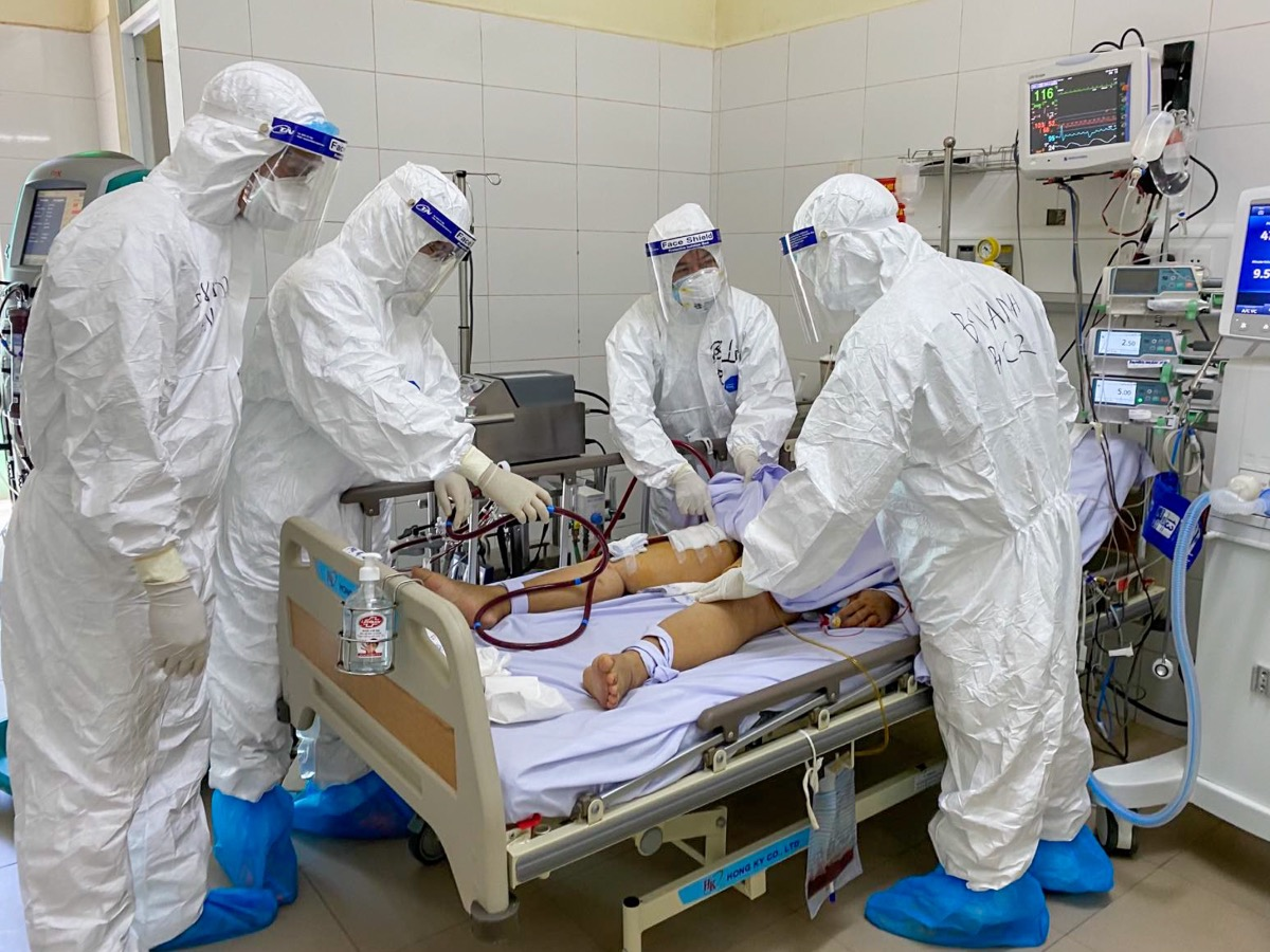 Patient 416, a 57-year-old man, is the first confirmed Covid-19 case in the nation's fresh outbreak of the Covid-19 pandemic that happened in Da Nang. He has been on ECMO support since the evening of July 24, 2020. While he has tested negative for the novel coronavirus three times, his poor health condition has kept doctors wary. He is still dependent on life support and remains on the ECMO machine.