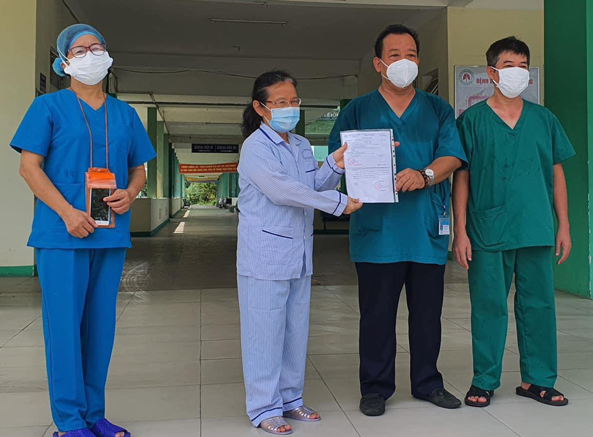 The woman in Quang Ngai receives a certificate confirming her as Covid-19 free from doctors Da Nang Hospital for Lung Diseases in Da Nang City.