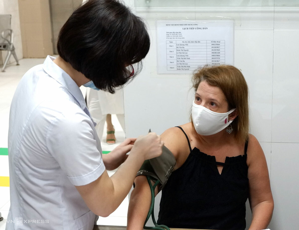 Kelly Michelle Koch (R) has her blood pressure taken at the National Hospital for Tropical Diseases in Hanoi, August 12, 2020. Photo by VnExpress/Minh Nhat.