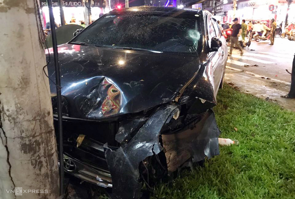 A car is damaged after hitting eight motorbikes before crashing into an electric pole in HCMC, August 13, 2020. Photo by VnExpress/Dinh Van.