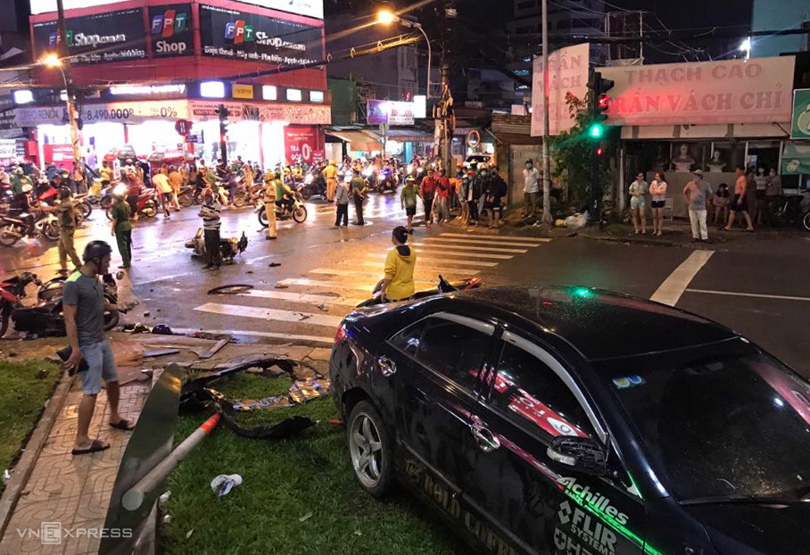 Motorbikes are scattered on the street after being hit by a car (pictured) in HCMC, August 13, 2020. Photo by VnExpress/Dinh Van.