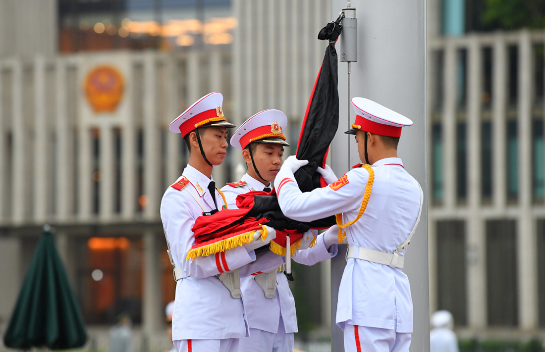 Honor guards fly the national flag at half-mast at Ba Dinh Square in Hanoi as Vietnam holds a state funeral for former Party chief Le Kha Phieu, August 14, 2020. Photo by VnExpress/Giang Huy.