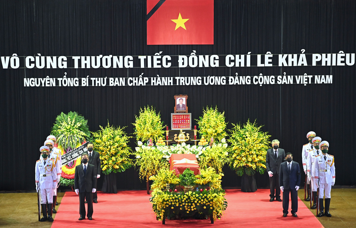 Honor guards and Vietnamese leaders stand around te body of former Party chief Le Kha Phieu at the National Funeral Home in Hanoi, August 14, 2020. Photo by VnExpress/Giang Huy.