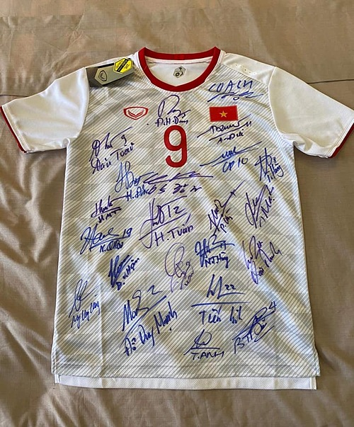 Nguyen Van Toans jersey signed by all members of the mens national. Photo courtesy of Toans Facebook.