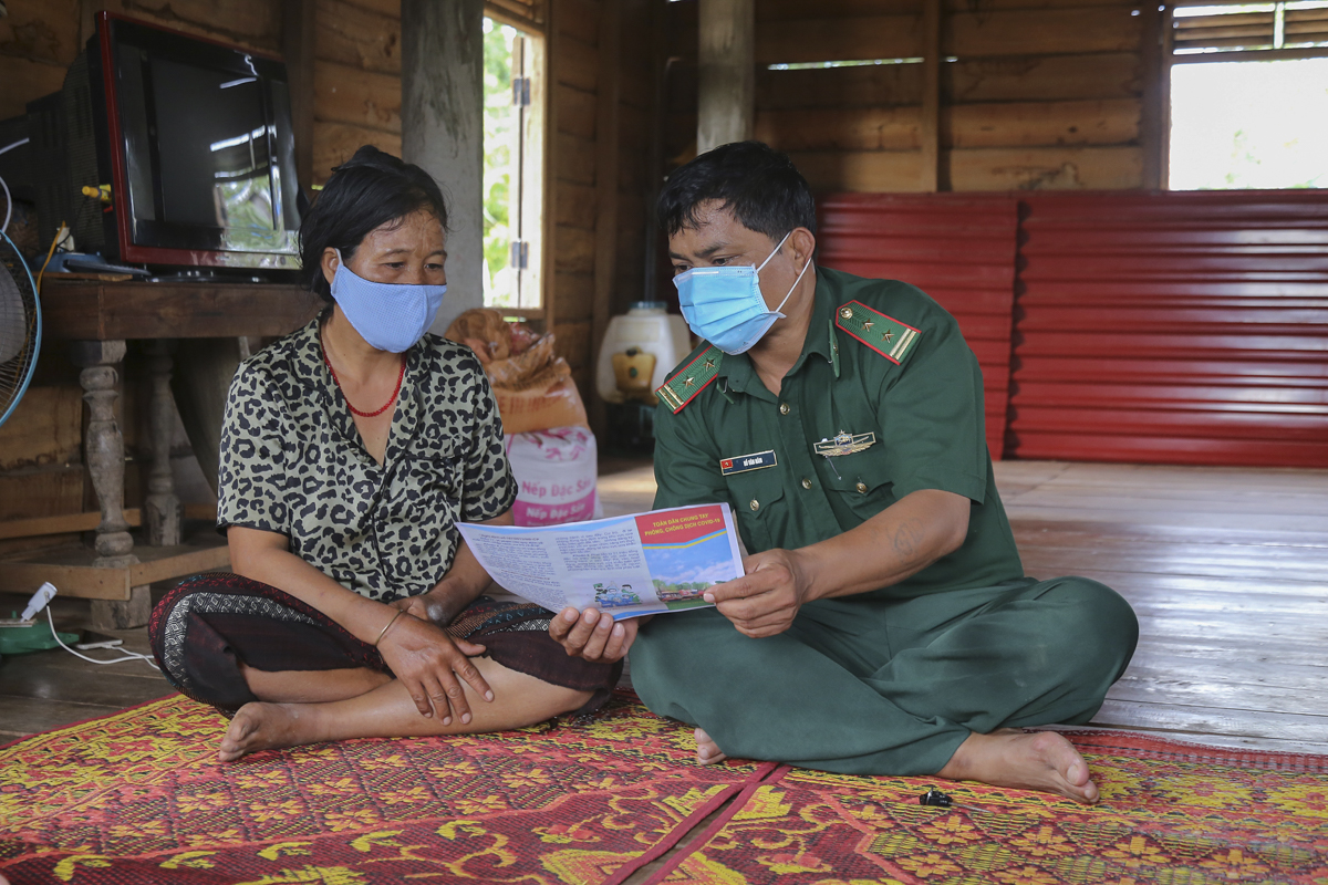 Lieutenant Colonel Ho Van Nam guides a local in Thuan Commune of Huong Hoa District on protocols to prevent new coronavirus infection. The Thuan Border Post has made 1,900 families in the two communes it manages, Thuan and Tan Long, sign commitments not to cross the border and receive anyone coming from the other side of the border without informing the border forces.