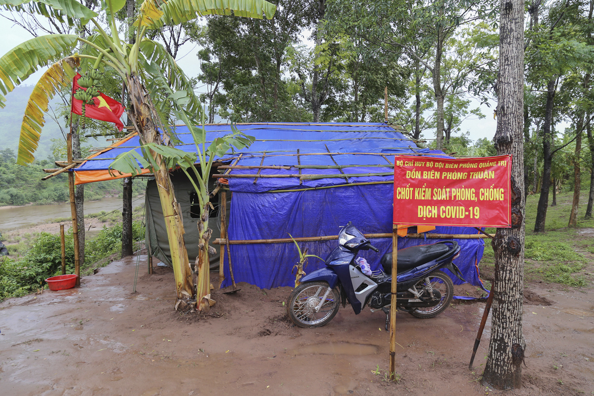 All over Quang Tri Province, 84 border stations have been set up since February to have 405 border guards to keep watch a border of 179 km to prevent Covid-19 spread.Colonel Le Van Phuong, head of the Quang Tri Border Guard, said for the past seven months, the camps built by bamboos and canvas have all been downgraded.  We want to replaced them with those made of steel but we do not have the budget for that, he said.