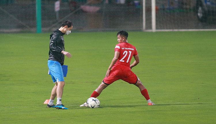 Team B is in charged by another assistant coach, Kim Han-yoon.