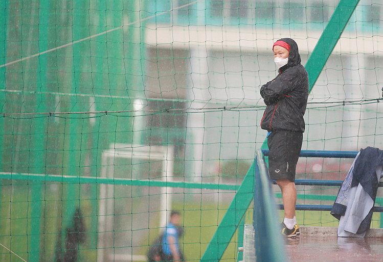 [For Park Hang-seo, he stood on a higher ground to observe the players although the heavy rain caused some difficulties for him.