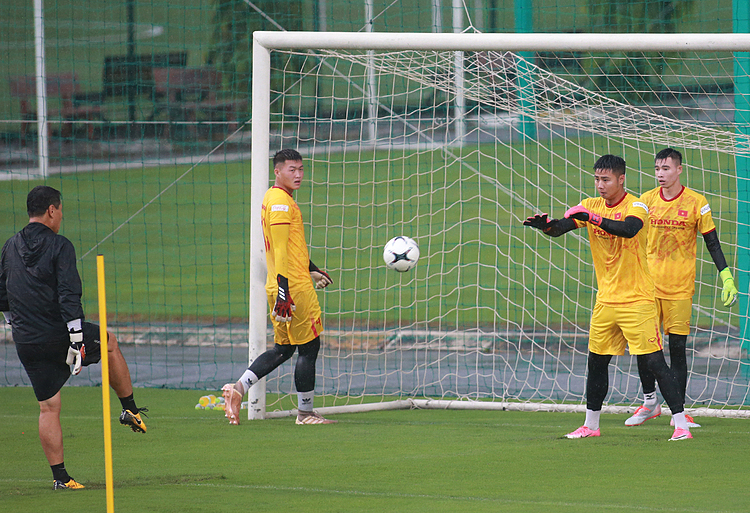 Nguyen Van Toan (wearing neon gloves) is one of the five goalkeepers that got called up and also the most experienced among them, having won the SEA Games 30 gold with the U22 team last year.