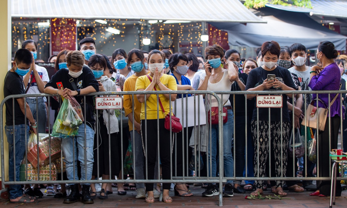 People wait to enter Tay Ho Temple on the afternoon of August 19, 2020. Photo bn VnExpress/Tung Dinh.