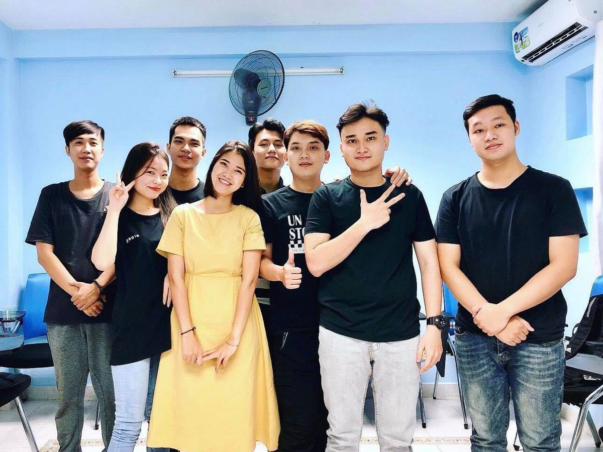 Hoa (in yellow) poses for picture with her students. Photo courtesy of Hoa.