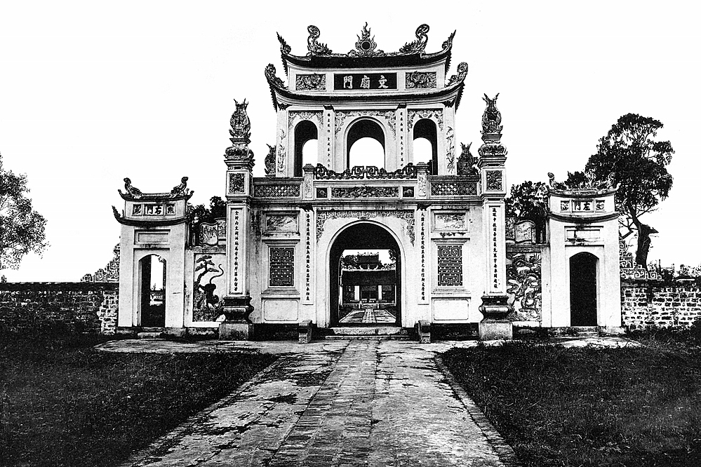 One of the gate of Van Mieu Quoc Tu Giam, or the Temple of Literature, in Hanoi at the end of the 19th century.