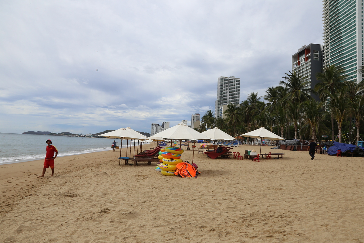 A beach in Nha Trang is deserted, August 2, 2020. Photo by VnExpress/Xuan Ngoc.