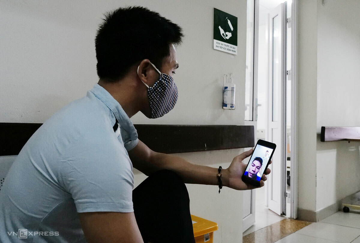 Bui Van Tung talks to his friend on he phone at the National Hospital for Tropical Diseases in Hanoi, August 14, 2020. Photo by VnExpress/Ngoc Thanh.