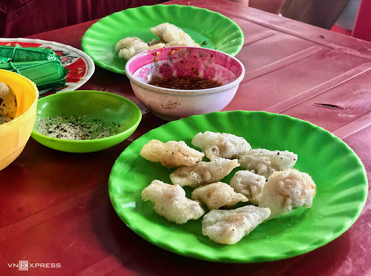 Fried bot loc is a popular after-school snack amongst Hue students because of its affordability, costing a mere VND5,000-10,000 ($0.22-0.43) a pop. Photo by VnExpress/Ngan Duong.