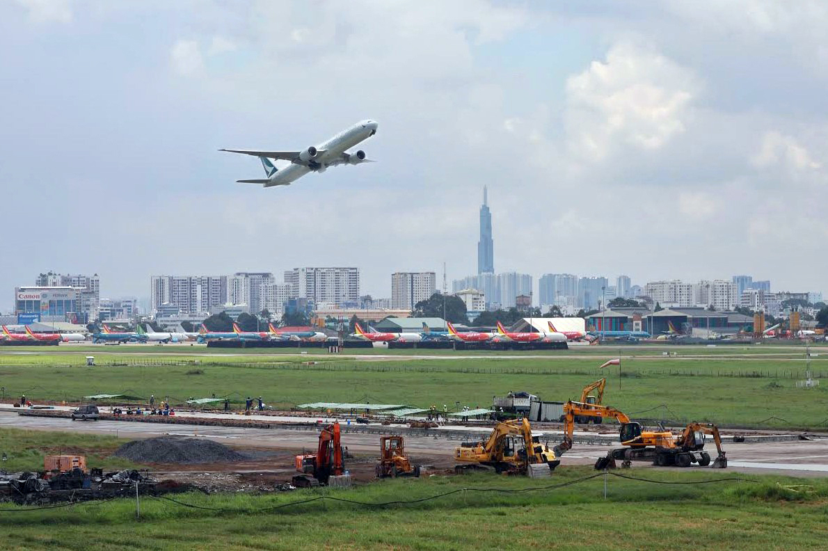 Construction at runway 25R/07L on the afternoon of August 29. Photo by VnExpress/Huu Khoa.