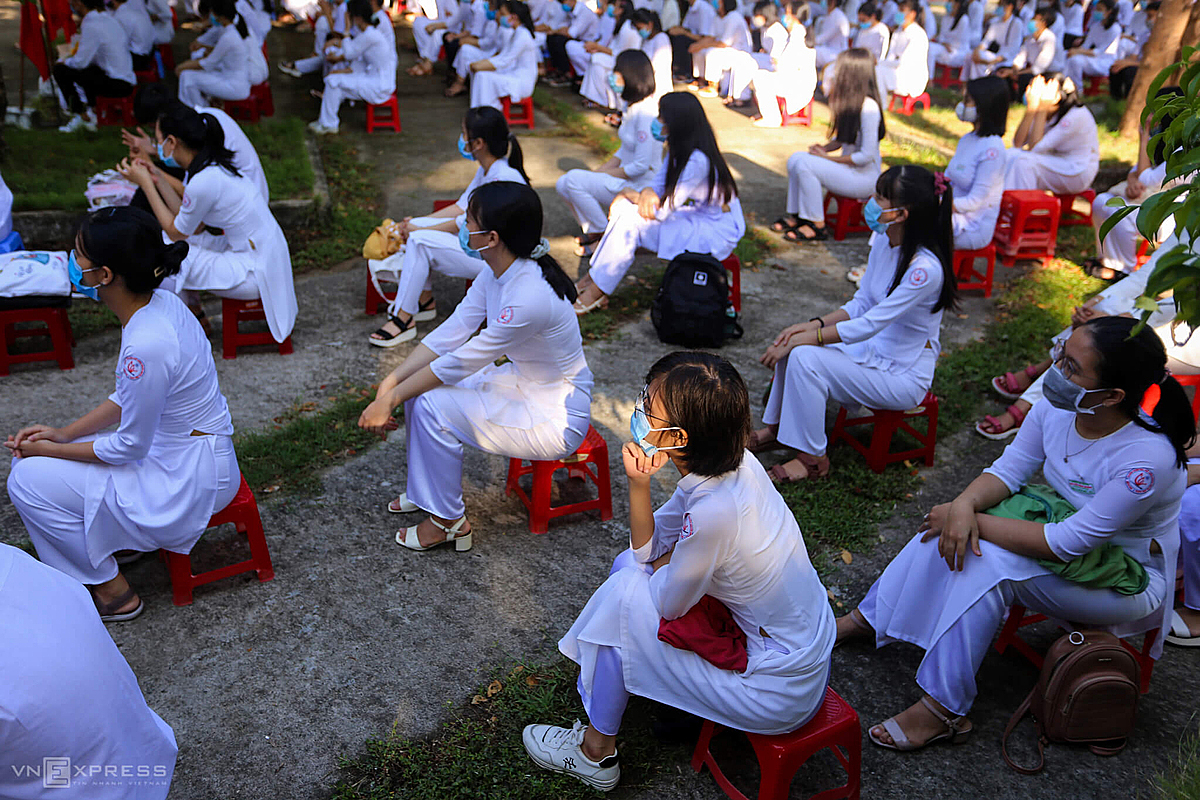 Also in Tam Ky Town, there were 300 out off students of the Nguyen Binh Khiem High School for the Gifted attended the 45-minute opening ceremony. Students with theirr face masks sat at a minimum distance of 1.5 m apart.