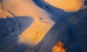 Lensman captures lovely images of Cham women, sand dunes
