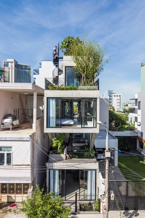 Located on an 80-meter-square plot, the house in the central city of Da Nang is home of a four-member family with many open spaces. All four bedrooms in the house have bathrooms and restrooms with glass walls.