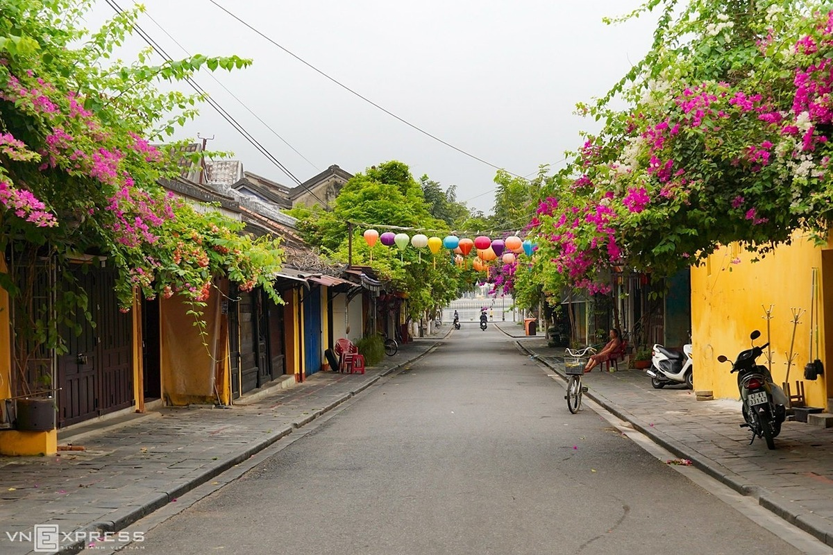 Hoang Van Thu Street in Hoi An Town in full compliance on the first day of the social distancing campaign on April 1, 2020. Photo by VnExpress/Huynh Phuong.