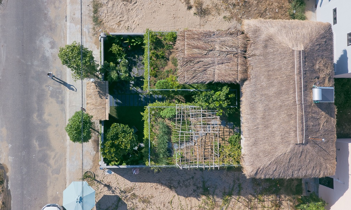 Viewed from the air, the roof of the construction is covered by 30 percent of cogon grass. The other 70 percent of the total area is filled with all kinds of greens: vegetables, tropical fruit trees and flowers.