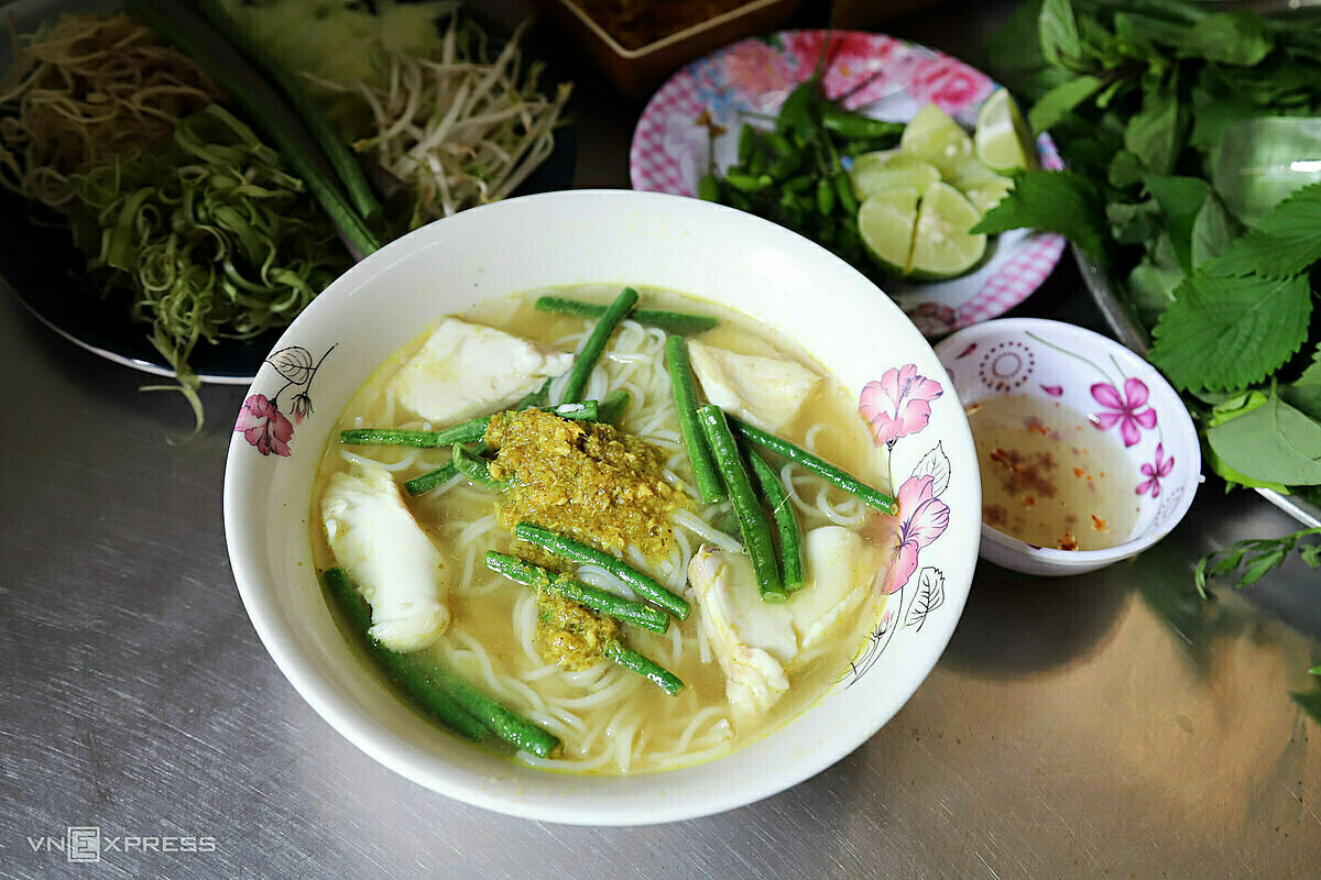 Most materials used to make num banh chok noodle soup are imported from Cambodia. Photo by VnExpress/Tam Linh.