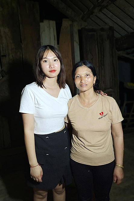 Kim (L) and her mother Oanh. Photo by VnExpress/Pham Nga.