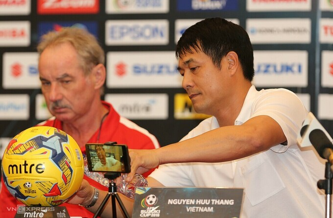 Nguyen Huu Thang, the head coach of Vietnam in AFF Cup 2016 and Riedls old student, pours him a cup of water during a pre-match conference of the Vietnam and Indonesia game. Photo by VnExpress/Duc Dong.