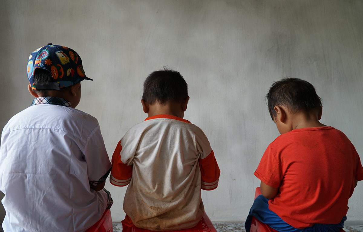 Three brothers aged 3, 4 and 8 of Duyen. Photo by VnExpress/Truong Ha