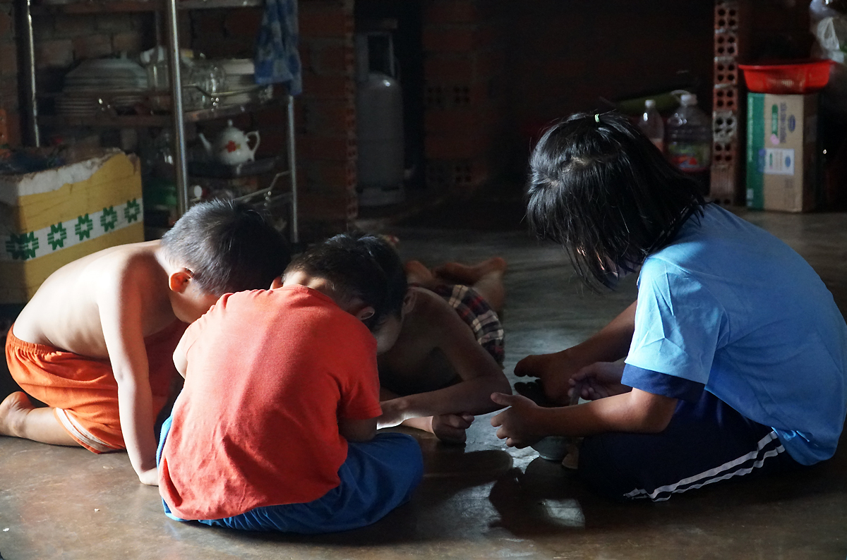 Duyen (R) play with three of her brother at the house of their grandmother in Dong Nai Province after being rescued from their mother and uncle, August 2020. Photo by VnExpress/Truong Ha