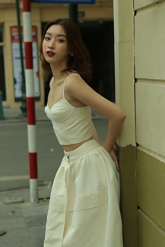 Miss Vietnam 2016 Do My Linh chooses a pearly white corset top with a simple design for her street style.