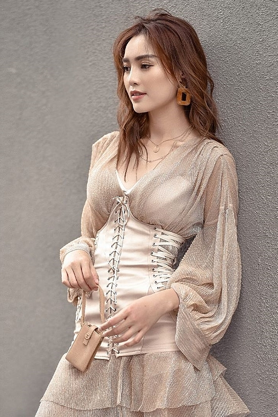 Actress Lan Ngoc shows off her skinny waist with a dress inspired by corset.