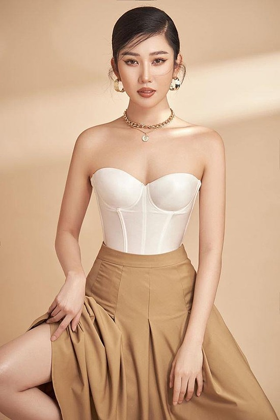 A white corset top and a camel dress make actress Thuy Ngan look more sexy.