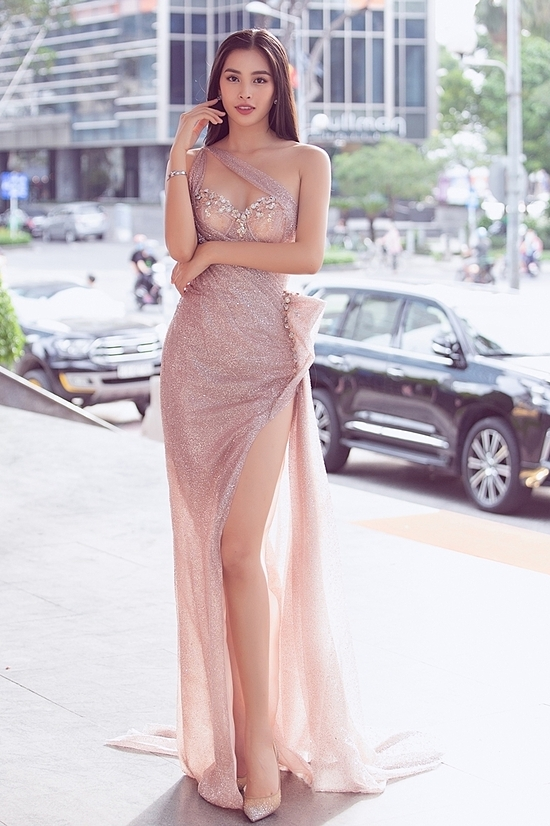 Miss Vietnam 2018 Tran Tieu Vy in a pearly pink corset gown. Dresses with inspiration from corset have gained popularity in Vietnam in the last few years. Corset, used to be a part of everyday dress for women during the 19th and early 20th centuries, help women reduce the size of the waist temporarily to create an hourglass shape, as well as provide support to their torso.