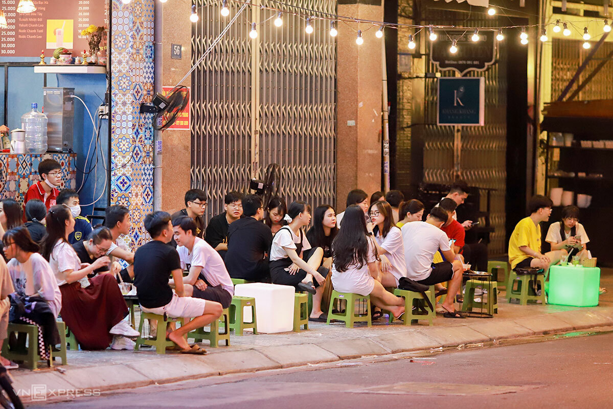 A tea shop with a lot of youngsters on Hoang Hoa Tham Street at 9 p.m. on September 11, 2020. Photo by VnExpress/Nguyen Dong.