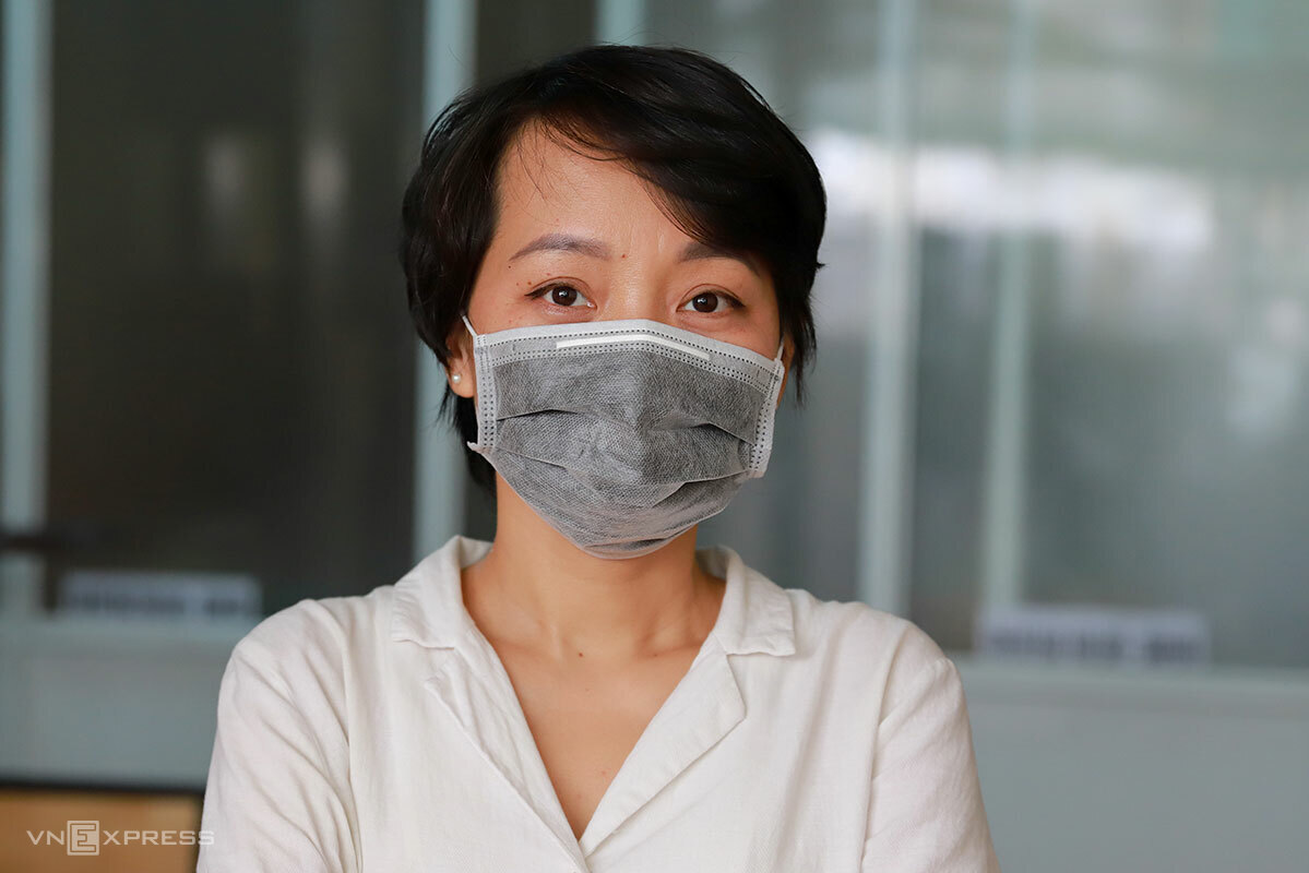 Xuan wears a mask to welcome her patrons on September 11, 2020. Photo by VnExpress/Nguyen Dong.