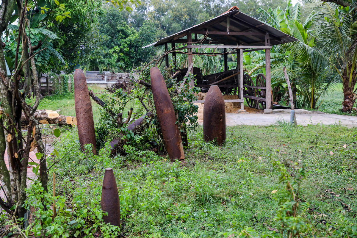 The bomb shells of the U.S. troops that was dropped on the area of Thai My Commune were displayed in the Trons garden along side the the cart used to conceal weapons.The owner said that his house welcomes many visitors and veterans on the Tet Offensive anniversary, April 30.The tunnel at Trons house is more than 20 km away from the famous Cu Chi Tunnels, which were used by Vietnamese soldiers as hiding spots and communication and supply routes during the war against the U.S invaders. They were built in the late 1940s and underwent intense U.S. bombardment in the 1960s. Recently, the Peoples Committee of Ho Chi Minh City sent a request to the Ministry of National Defense on the policy of preparing a record of Cu Chi tunnels and submitting it to UNESCO to be listed as a world heritage.