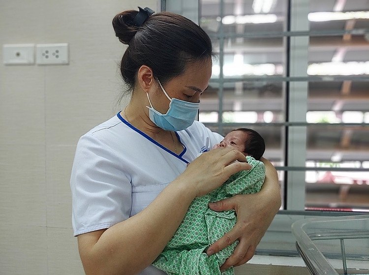 A nurse takes care of an abandoned baby. Photo by VnExpress/Thuy Quynh.