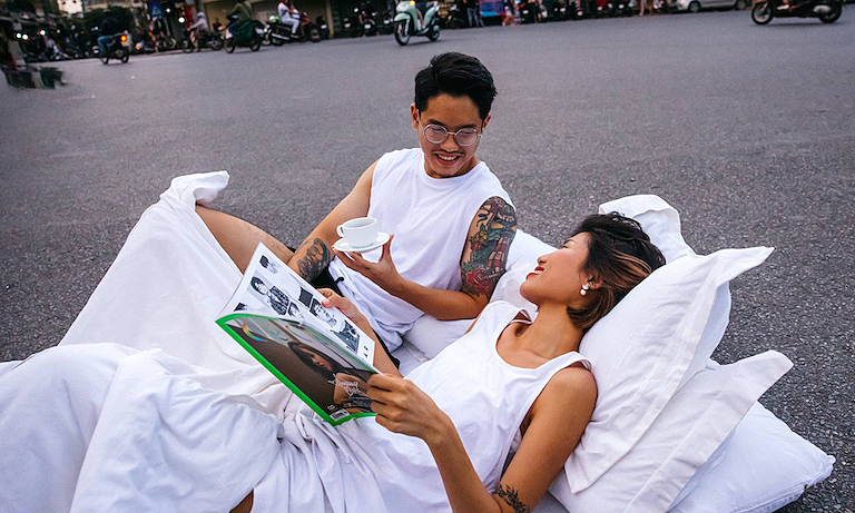 Bedroom-style wedding photo at Hoan Kiem Lake. Photo courtesy of Le Cao Hai.