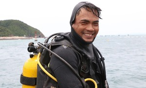 Off Quang Ninh coast, divers plunge the depths to electrify island