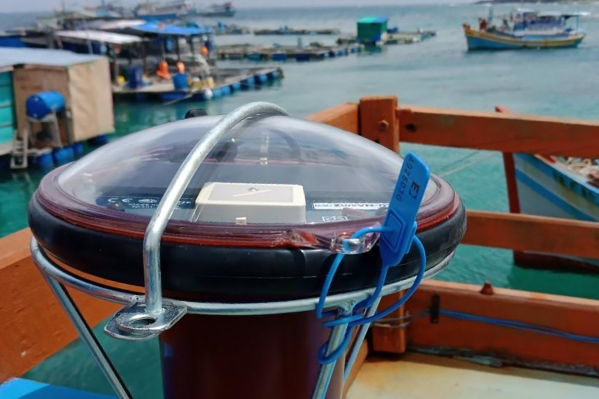A device for vessel monitoring is attached on a fishing boat in Binh Thuan Province, September 2020. Photo by VnExpress/Duc Huynh
