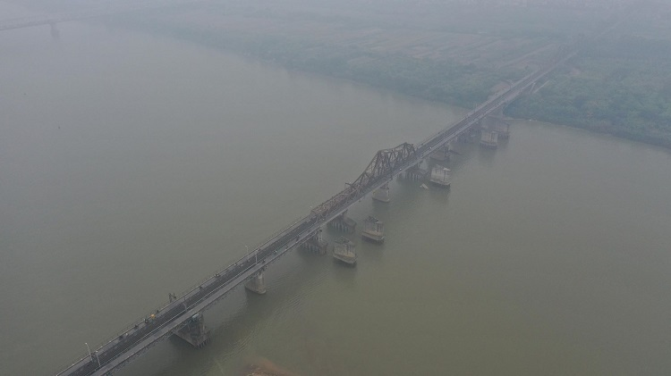 Hanois iconic Long Bien Bridge is in a shroud of haze as air quality reached very unhealthy level in the morning of December 14, 2019. Photo by VnExpress/Giang Huy.