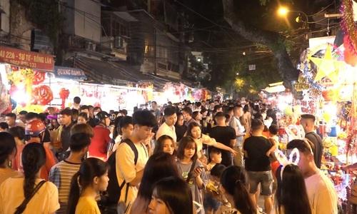 Hanoians flood lantern street ahead of Mid-Autumn Festival