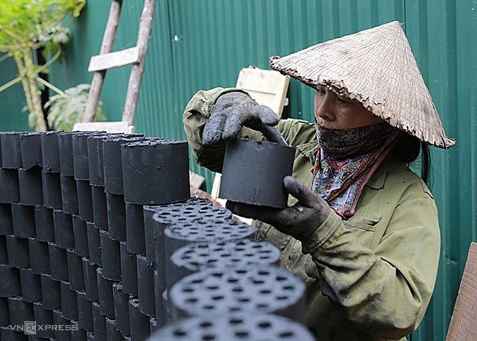 Hanoi issues directives to stop the use of honeycombed charcoal stoves by December 31, 2020. Photo by VnExpress/Tat Dinh.