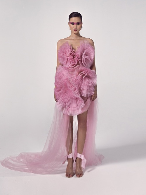 Pleating techniques give the pink gown a distinctive look with exaggerated flowers. Hung's creations are seen as having a romantic style that mixes Asian and Western inspirations, and involve hand embroidery on silk and organza.