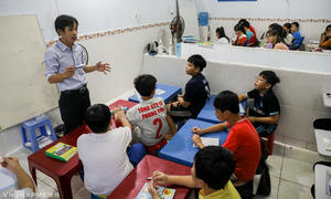 Saigon worker runs private school for free