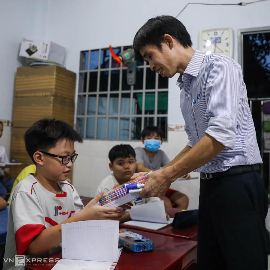 Saigon worker runs private school for free