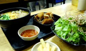 Hanoi eatery hooks patrons with crispy fish noodle soup